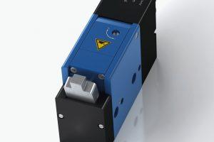 Die elektrisch gesteuerten Palettenstopper von ACE kommen in vier Grundtypen vor, wobei deren Vertreter einen Massebereich von 1 bis 600 kg abdecken. Der abgebildete Typ P-ED-20 ist der kleinste elektrisch arbeitende Palettenstopper des Herstellers und dämpft Massen von 1 bis 20 kg. Er wird an Transfersystemen für empfindliche Produkte bei hohen Geschwindigkeiten eingesetzt (Bild: ACE)