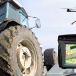 Traktor_und_Drohne_liefern_Informationen,_die_auf_einem_Display_angezeigt_werden