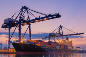 Containerschiff_im_Hafen_mit_Ladekränen