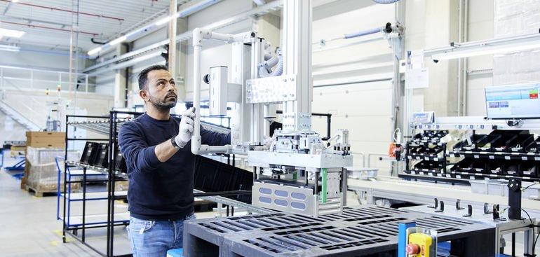 Akasol-Gigafactory_1-Produktion-AKARack