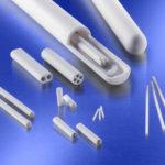 Diese_Schutz-_und_Isolierrohre_bestehen_aus_Aluminiumoxid,_der_am_häufigsten_verwendeten_technischen_Keramik