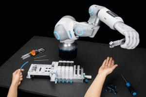 Bionic_SoftHand_und_diverese_Greifer,_von_Festo_am_Set:_Philipp_Freudigmann