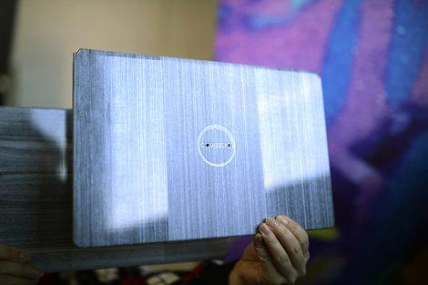 Eine_mögliche_Anwendung_für_endlosfaserverstärkte_thermoplastische_Composites_(CFRTP)_der_Marke_Maezio™_sind_leichtgewichtige_und_sehr_dünne_Laptop-Deckel_mit_neuartigen_optischen_Oberflächen-Effekten._--------------------------------_Lightweight_and_very