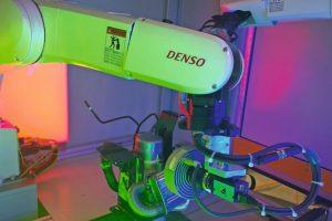Zwei VS-087 Roboter von Denso Robotics sind das Kernstück einer automatisierten Prüfzelle der Handke Industrial Solutions Bild: Denso Robotics Europe