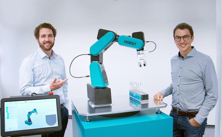 Industrieroboter_Fruitcore_Robotics_Horst600_mit_Geschäftsführern