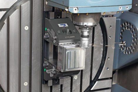 Kippflexx_im_Einsatz_auf_einer_5-Achs-Fräsmaschine_mit_geschwenktem_Maschinentisch