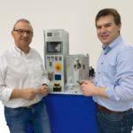 Dr._Christian_Groth_(r.),_Geschäftsführer_MTH_Ultraschalltechnologie_GmbH_&_Co._KG,_und_Unternehmensgründer_Mathias_Herrde