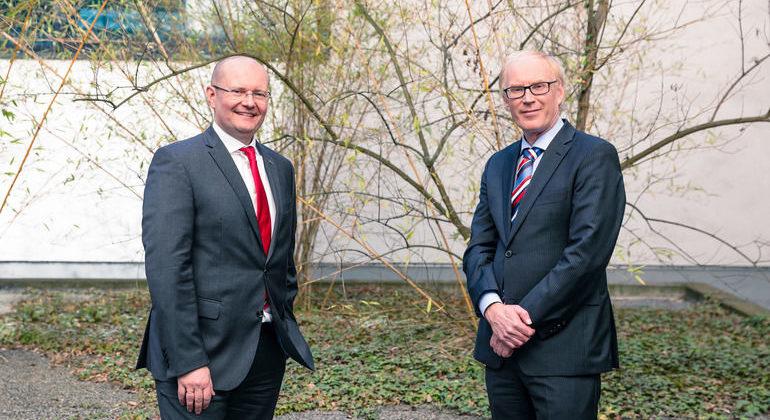 Dr._Ulrich_Nass,_Vice_President_der_NSK_Ltd._und_CEO_von_NSK_Europe_(l.),_und_Marcel_Van_Helten,_CEO_und_Vorsitzender_von_Brüel_&_Kjær_Vibro_(r.)