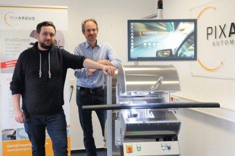 René_Beaujean_(rechts),_Mitgründer_und_Geschäftsführer_von_Pixargus_sowie_Elektrokonstrukteur_Daniel_Reinhardt_vor_dem_System_ProfilControl_7