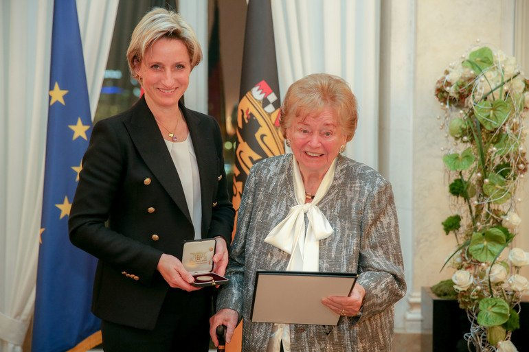 Frau_Ministerin_Dr.Nicole_Hoffmeister_-Kraut_verleiht_die_Auszeichnungen.