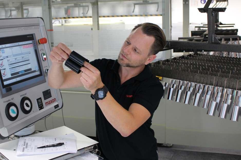 Christian Duffner, Leiter der KTL-Abteilung, prüft das Lackiergut. Bild: maxon