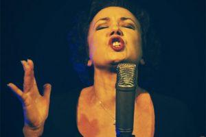 woman_singing_at_opera.jpg